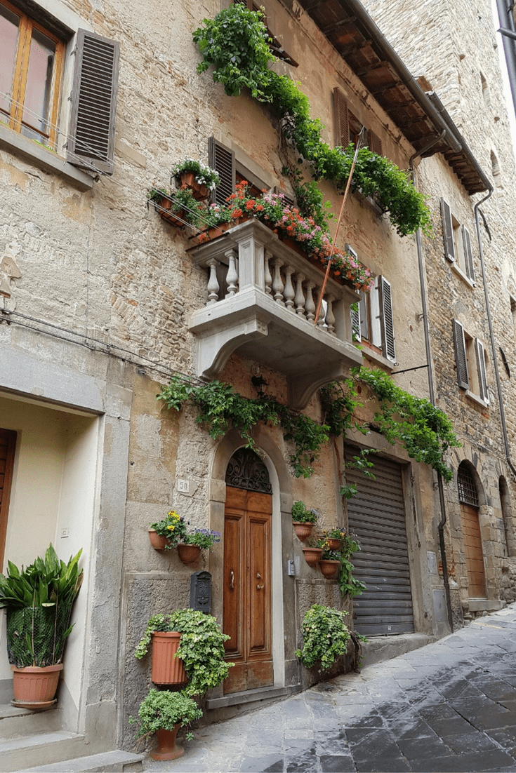Spend a day in Arezzo in Tuscany and discover its delights. Complete with a fully planned day itinerary ready for your trip. #arezzo #tuscany #italiantowns #italy