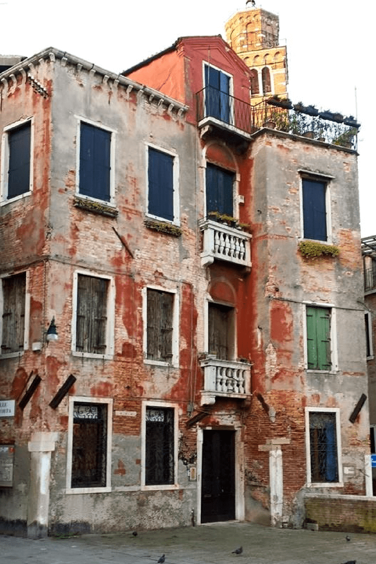 Explore the laneways of Venice away from the tourist traps. Get lost, explore and discover the real Venice and see the amazing places that you discover. Follow my experiences in Venice and why I love it. #venice #hiddenvenice #venicecanals #italy